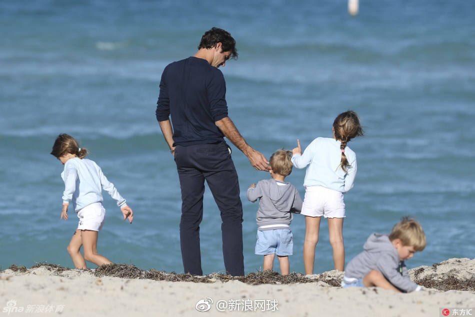 Федерер с детьми отдохнул на пляже в Майами (фото)