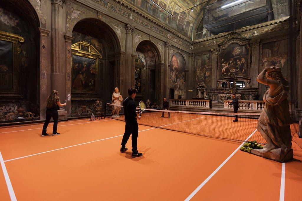 В соборе Милана построен теннисный корт