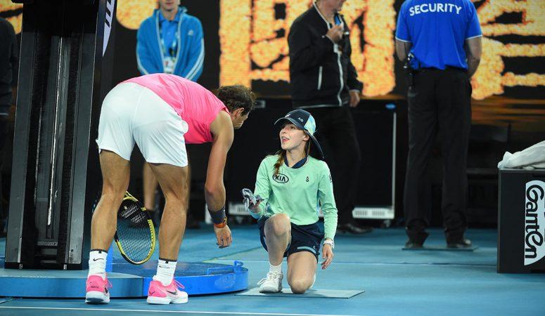 Надаль попал мячом девочке по голове, затем поцеловал: Ты — очень храбрая!